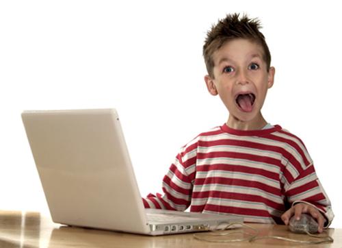 Bambino_a_bocca_aperta_davanti_al_computer